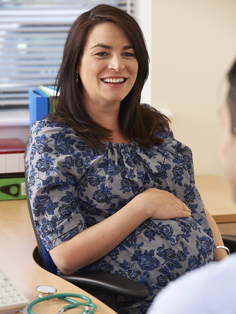 Pregnant woman in consult with GP